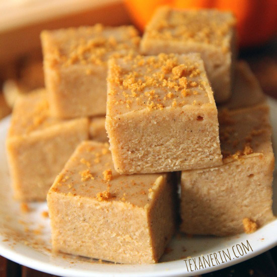 No bake white chocolate pumpkin fudge – super quick and easy! | texanerin.com