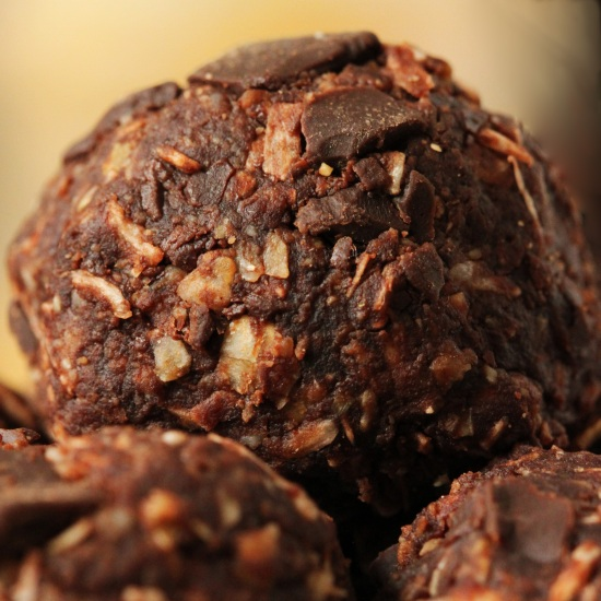 Dairy-free and Gluten-free Peanut Butter Chocolate Oat Balls | texanerin.com