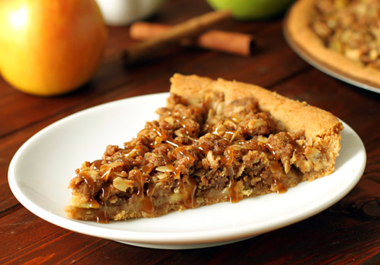 Apple Crumble Pizza – 100% whole grain and full of cinnamon apple-y goodness! | texanerin.com