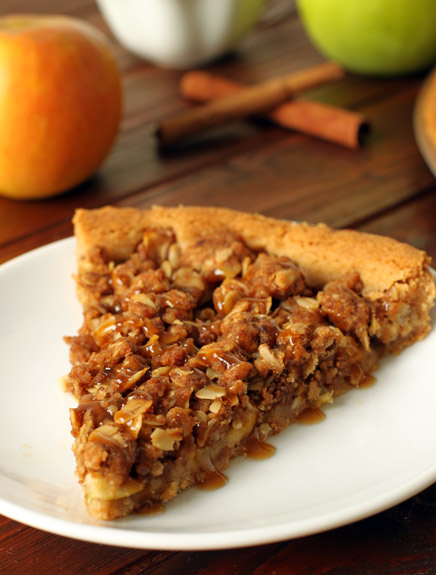 Apple Crumble Pizza – 100% whole grain but you really can not tell by the taste or texture! | texanerin.com