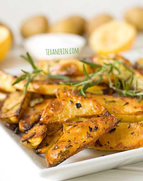Rosemary and garlic roasted potatoes | texanerin.com
